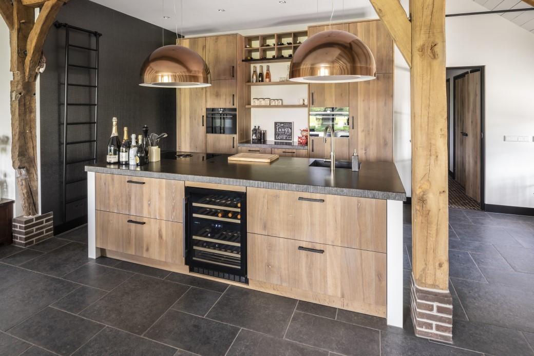 Regio oost Massief eiken maatwerk keuken Fam. het Veld:la Grand Blad Belgisch hardsteen met gefrijnde rand 2